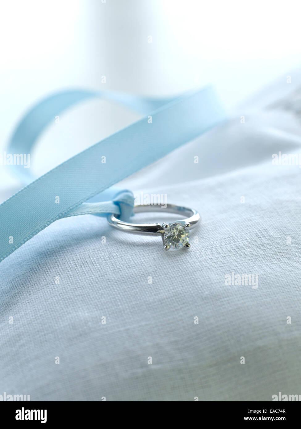 Diamant Ehering mit Seidenband auf Kissen Hochzeit schwört Gold Silber Stockbild
