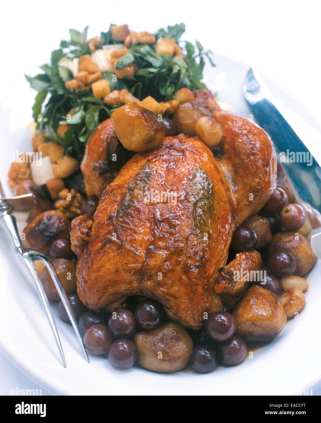 ganz gebratenes Huhn essen auf Teller Stockbild