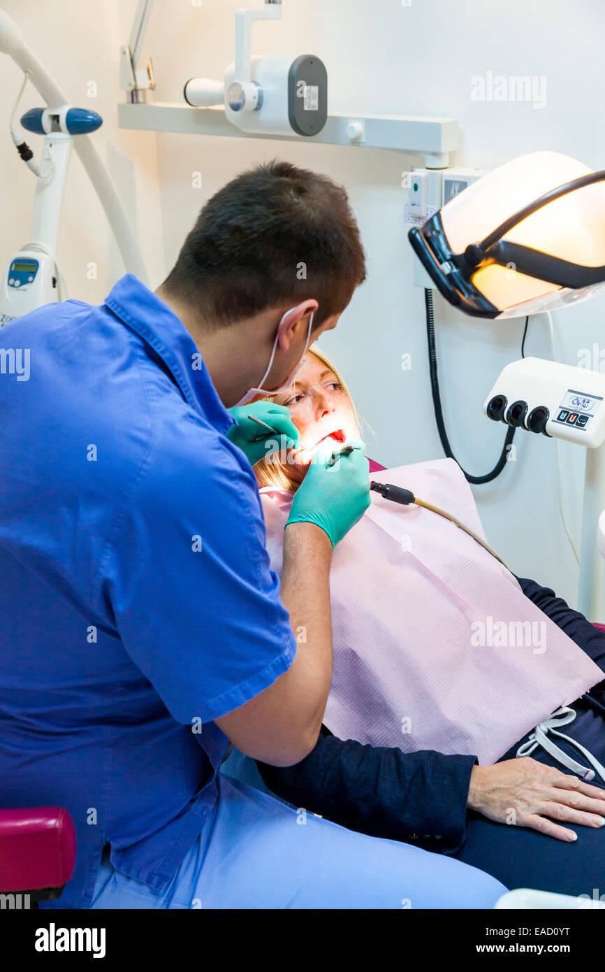 Ein Kunde wird in einer Zahnarztpraxis für billige Behandlung für Zahnersatz, Neu-Belgrad, Belgrad professionell Stockbild