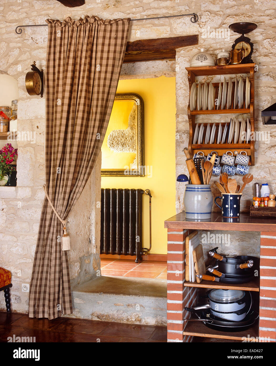 Küche-Eintrag im französischen Seite Stein Landhaus Stockbild