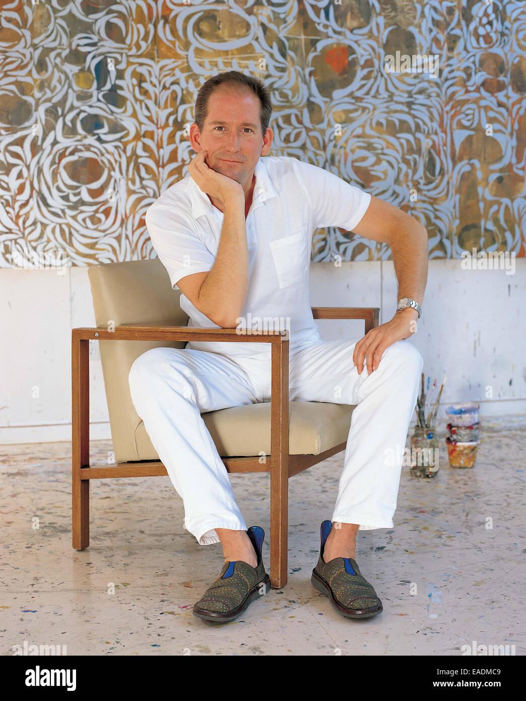 Künstler-Posen vor Malerei im studio Stockbild
