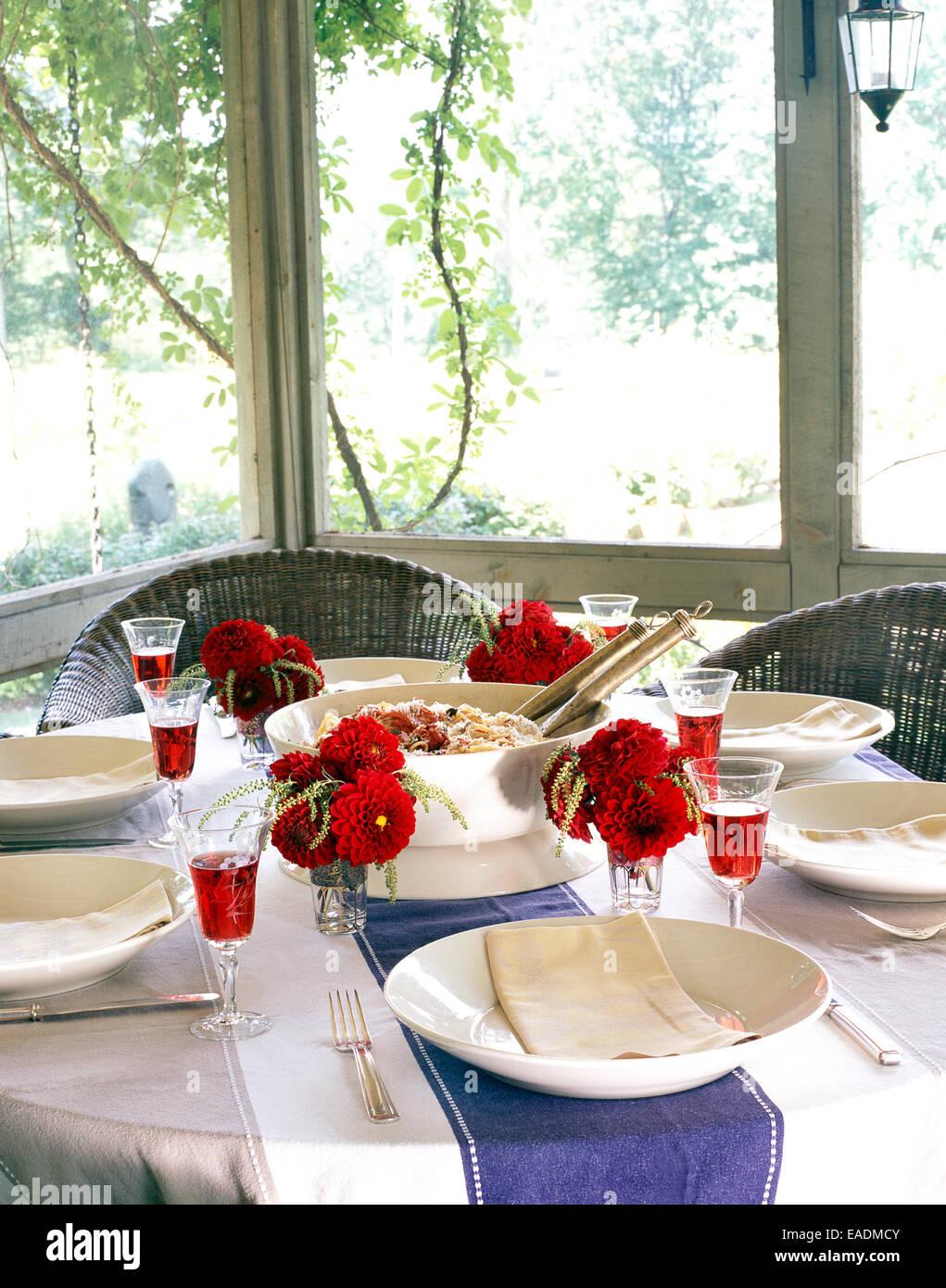 Sommer-essen am gedeckten Tisch in abgeschirmten Veranda Stockbild
