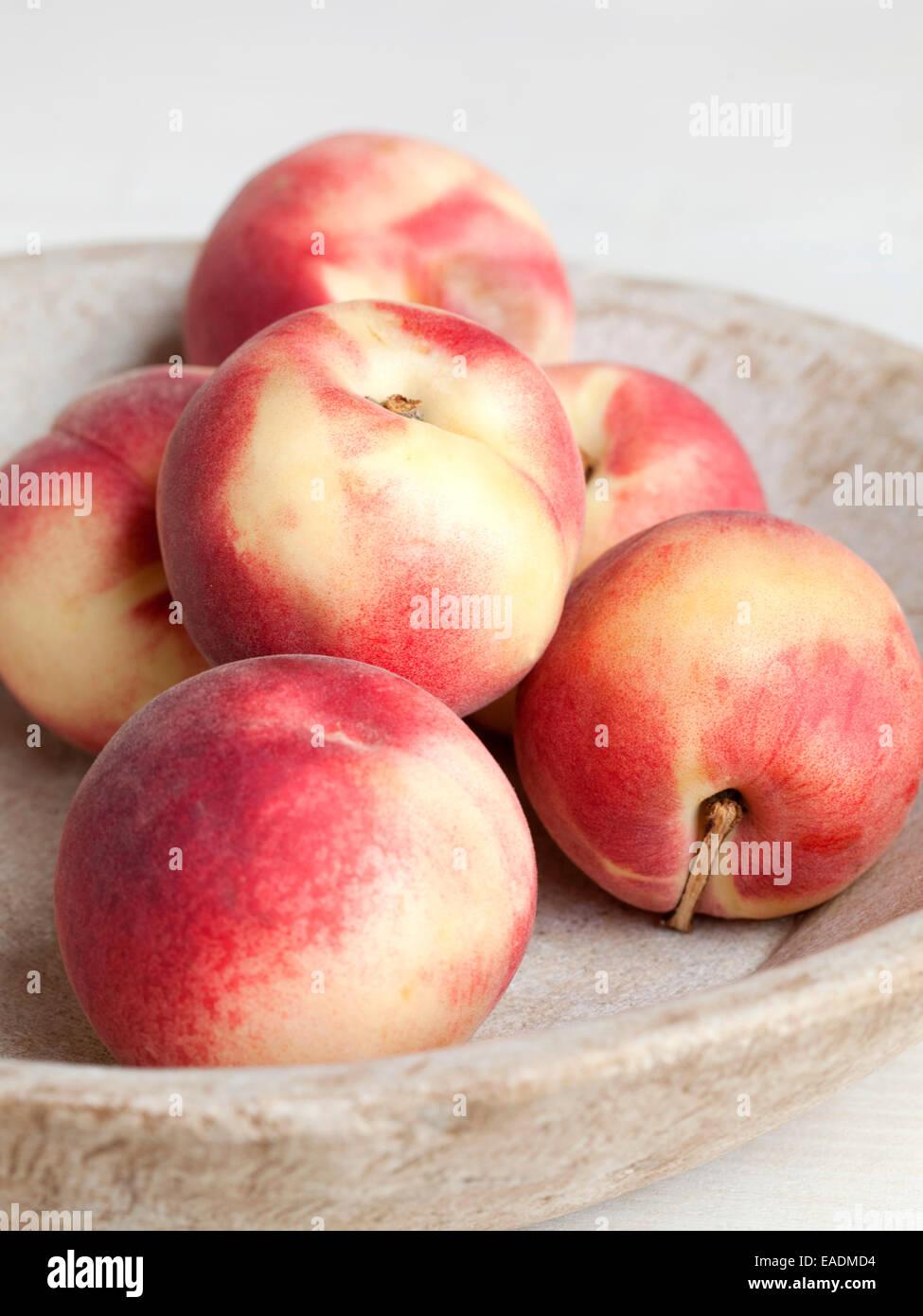 Pfirsiche in eine Schüssel geben. Stockbild