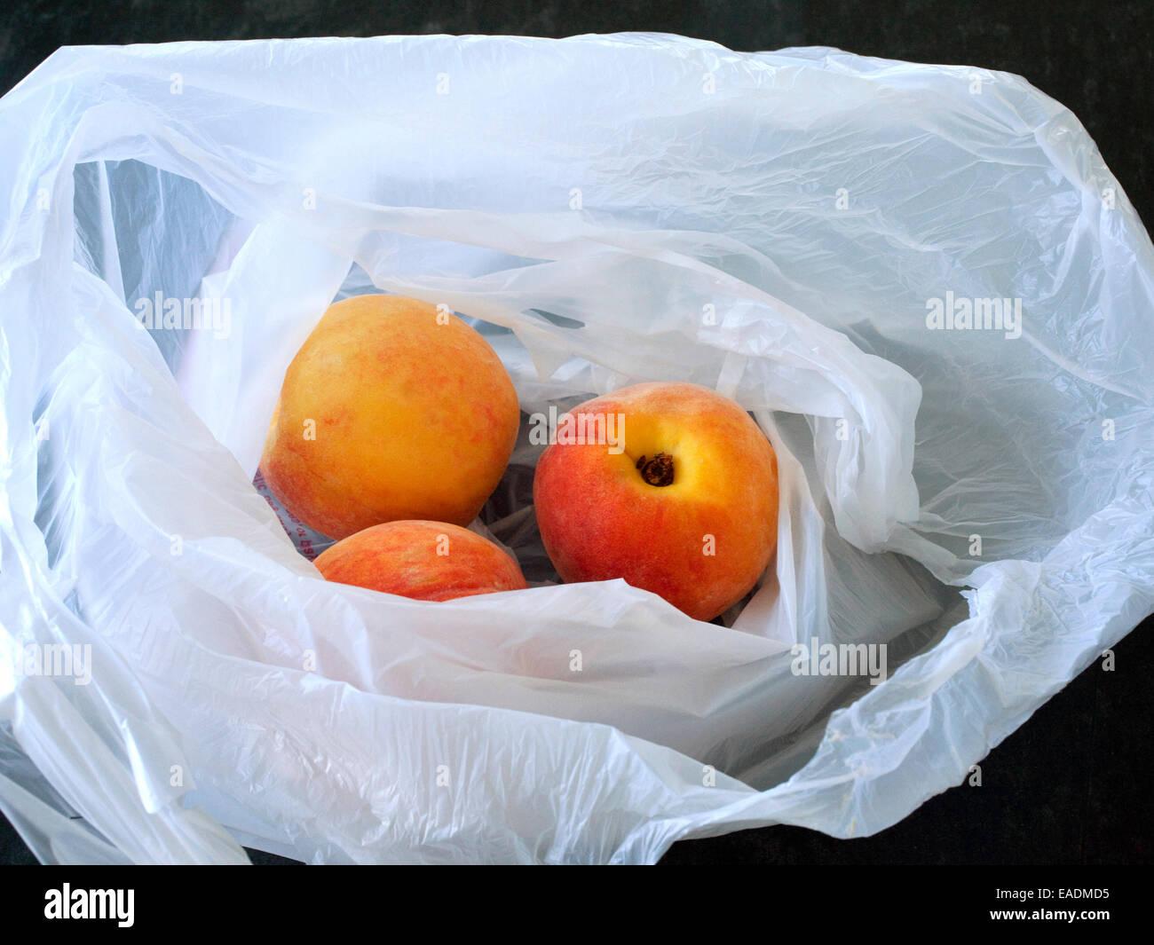 Pfirsiche in Tasche am Zähler Stockbild