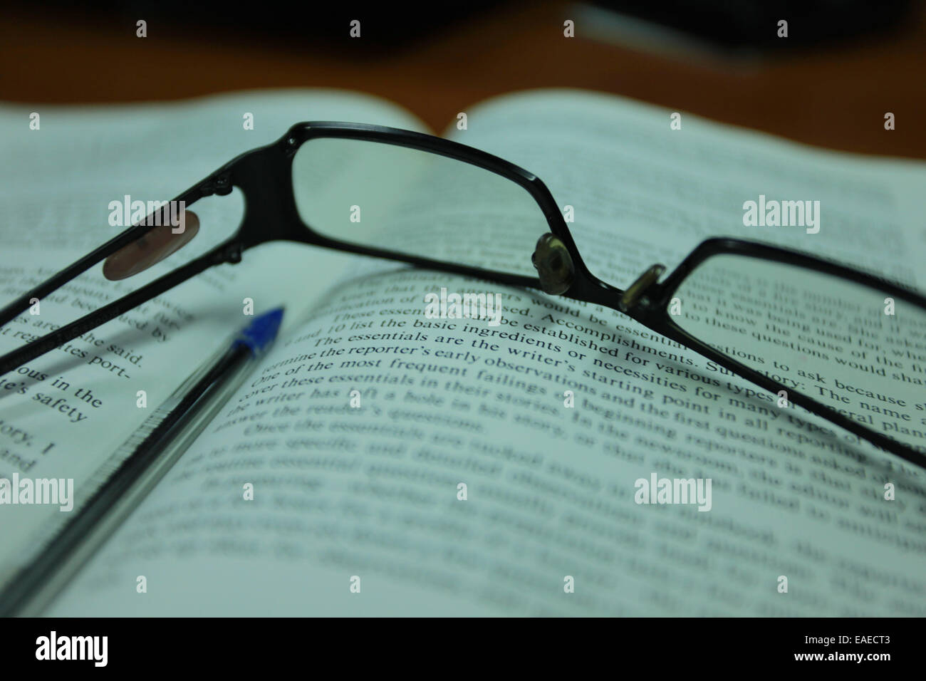 Lesebrille auf ein offenes Buch Stockbild