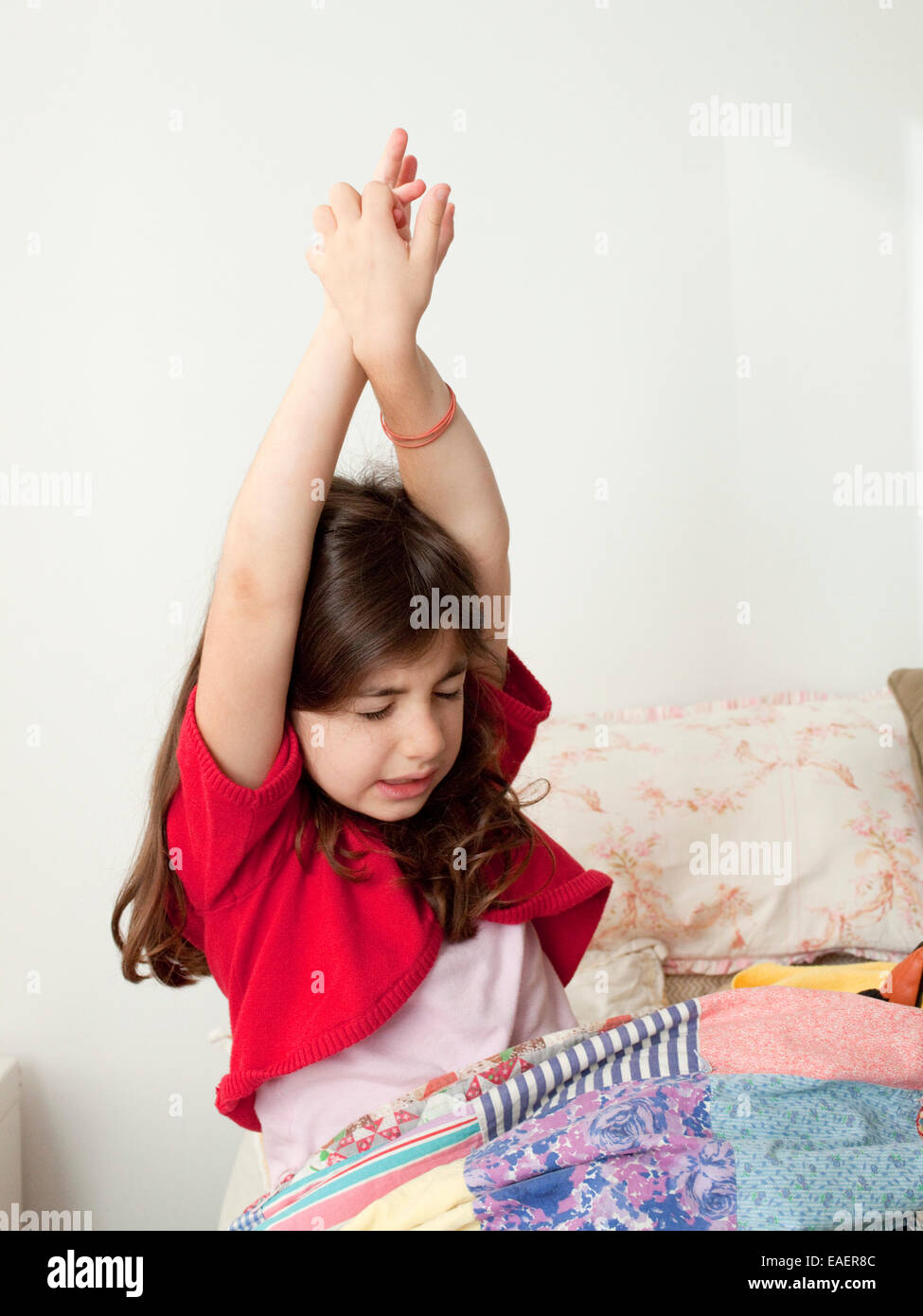 junges Mädchen aufwachen und stretching im Bett Stockbild