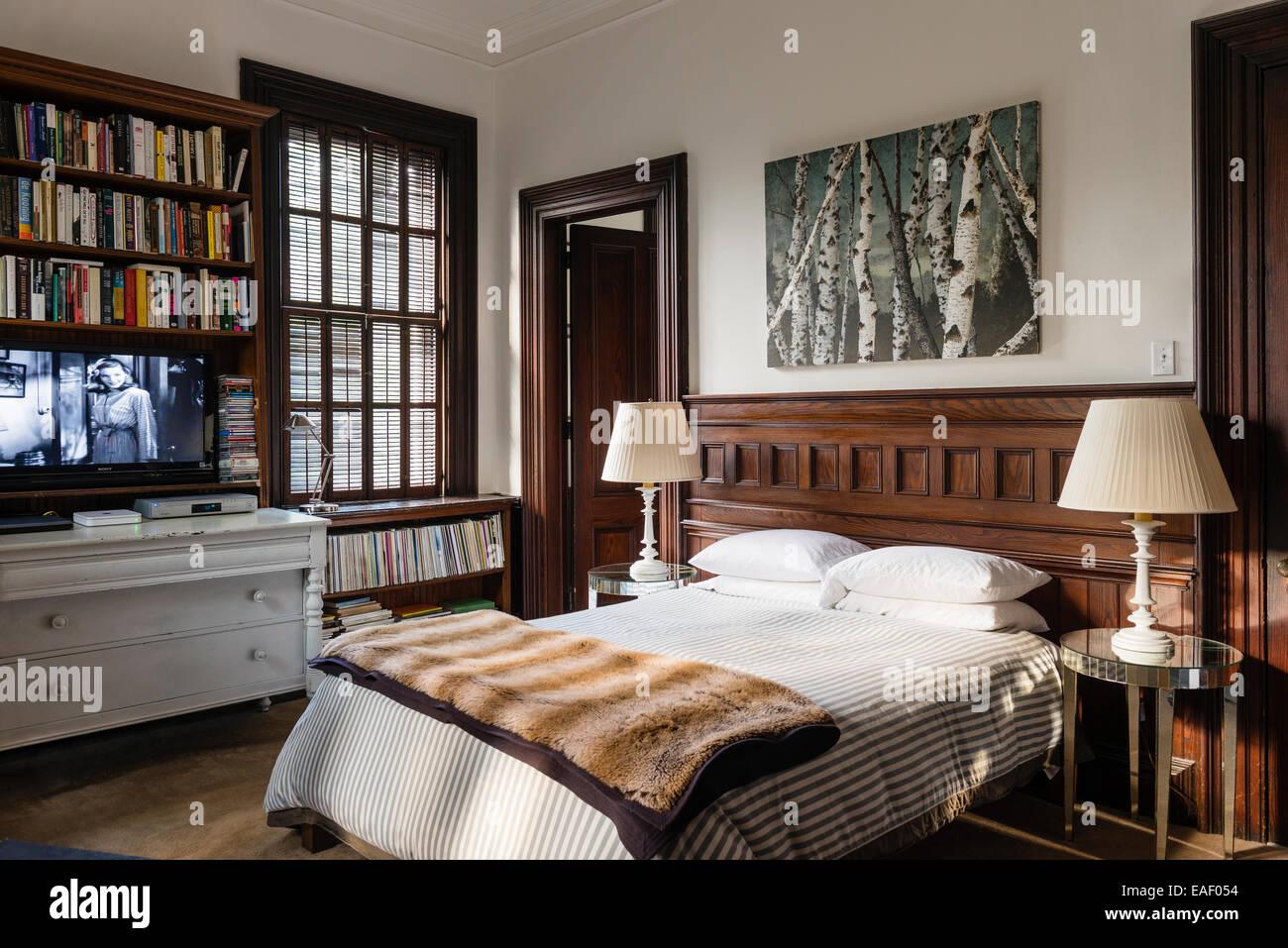 Frank Friedrich Birke Gemälde über dem Bett im Zimmer mit ...