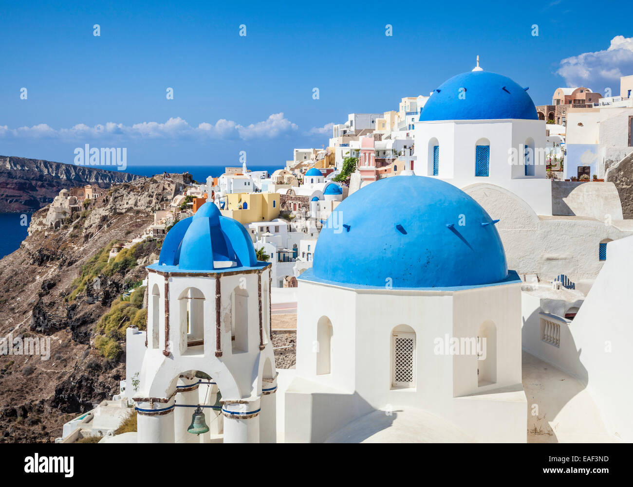 wei e h user und blaue kuppeln im dorf oia santorini thira kykladen griechische inseln. Black Bedroom Furniture Sets. Home Design Ideas