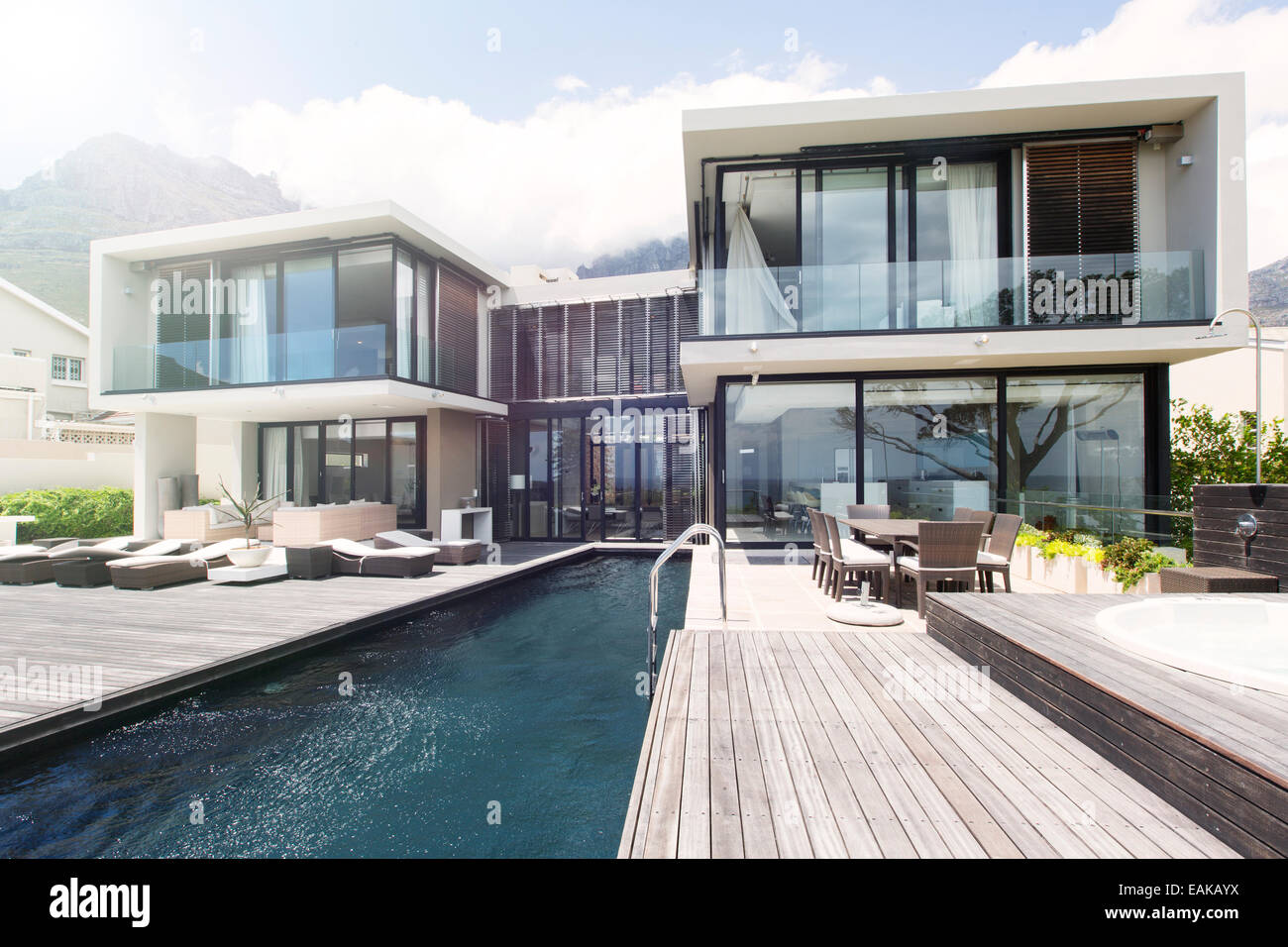 Villa with pool stockfotos villa with pool bilder alamy for Modernes haus terrasse