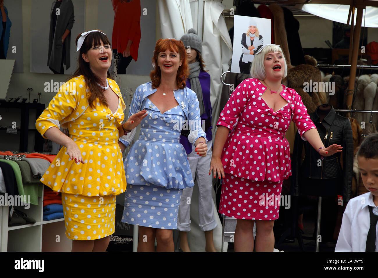Goodwood Revival 2014, 50er Jahre-Stil Sänger in Polka Dot Kleider Stockbild