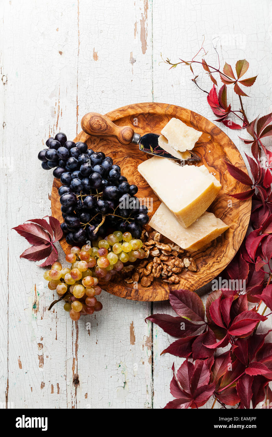 Parmesan-Käse, Weintrauben und Walnuss auf Oliven Holz Platte Stockbild