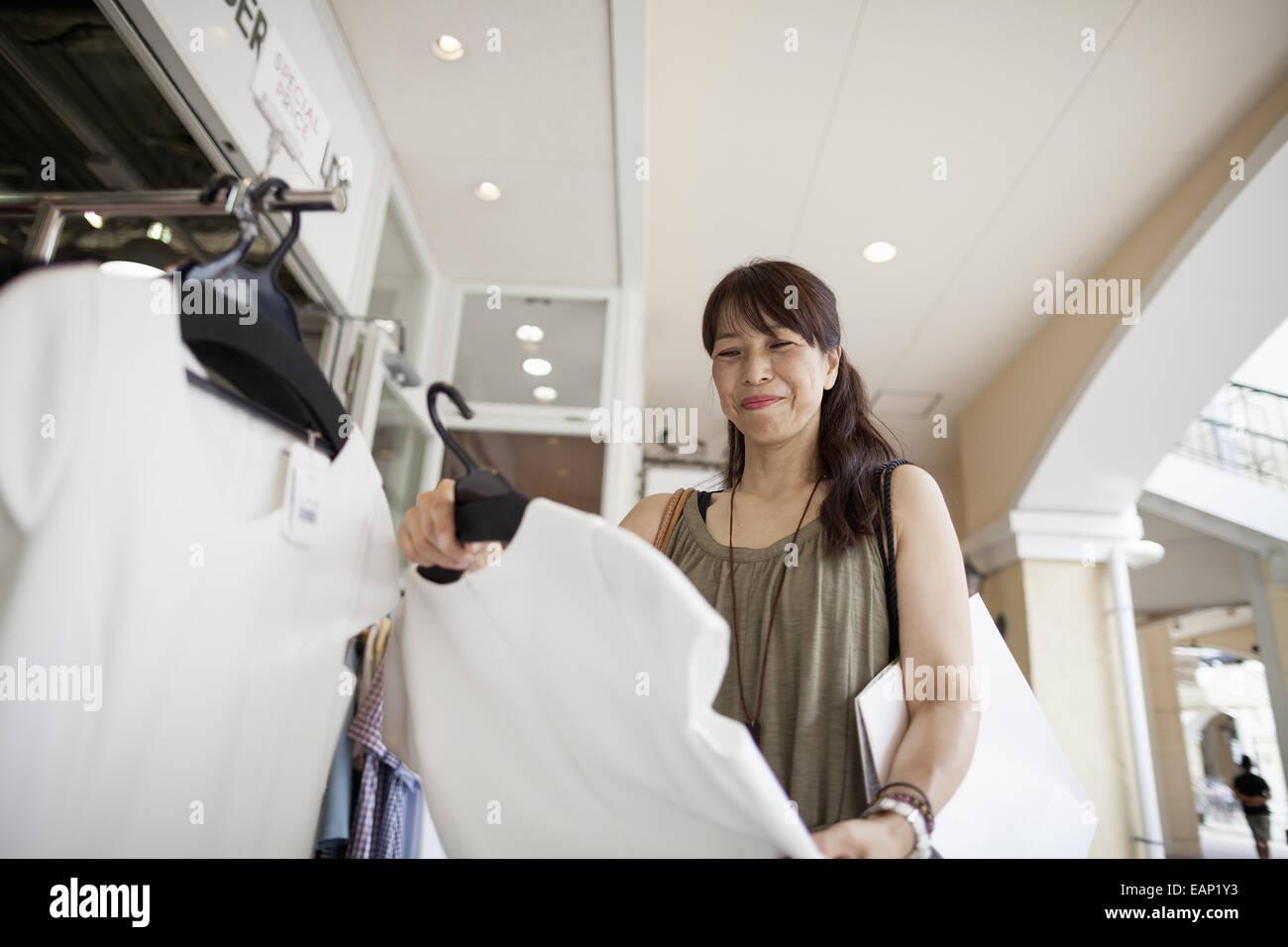 Frau Kleidung in einem Einkaufszentrum betrachten. Stockbild