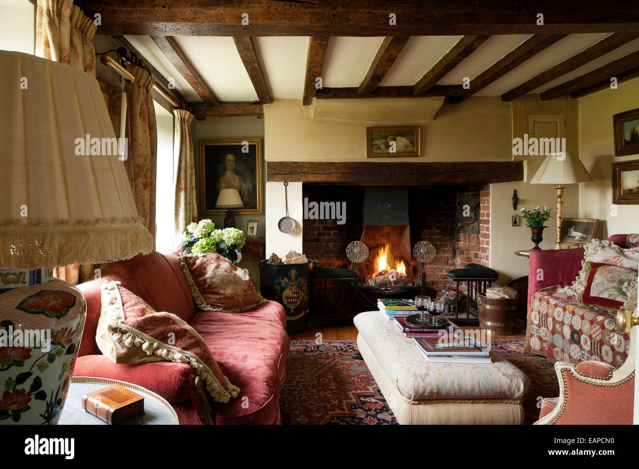 inglenook kamin im gem tlichen wohnzimmer mit original balkendecke und rotes sofa stockfoto. Black Bedroom Furniture Sets. Home Design Ideas
