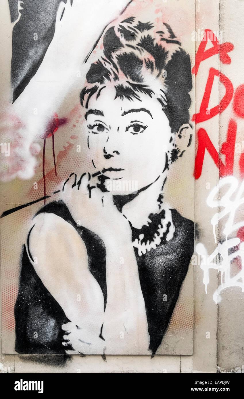 Graffito der Schauspielerin Audrey Hepburn, Paris, Ile de France, Frankreich Stockbild