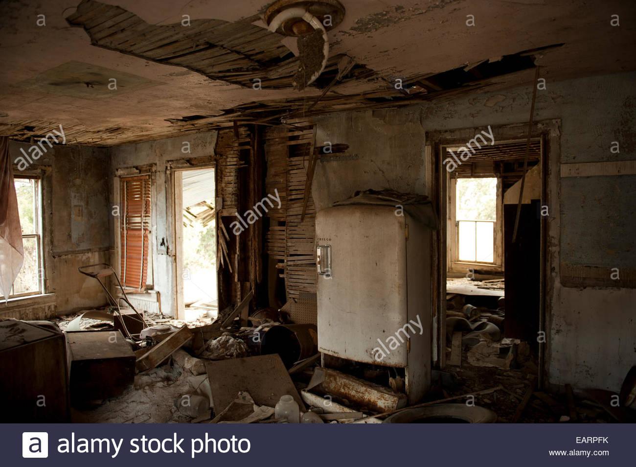 Junk-e-füllt einem verlassenen Bauernhaus. Stockbild