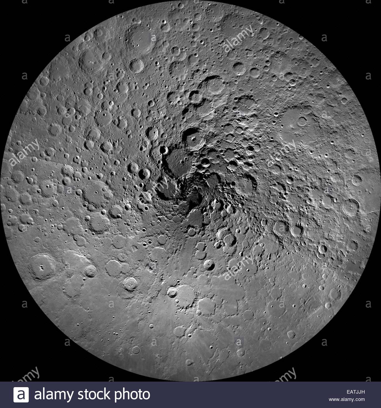 Schatten dunkler Krater am Nordpol des Mondes. Stockbild