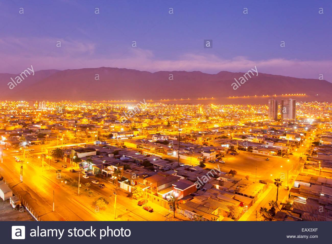 Lichter der Stadt leuchten Iquique in der Abenddämmerung. Stockbild
