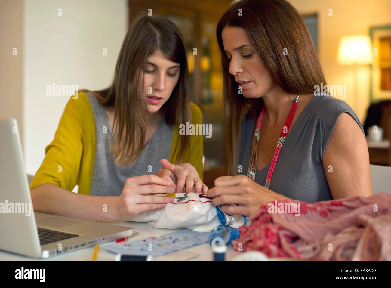 Mutter und Tochter gemeinsam Stickerei Stockbild