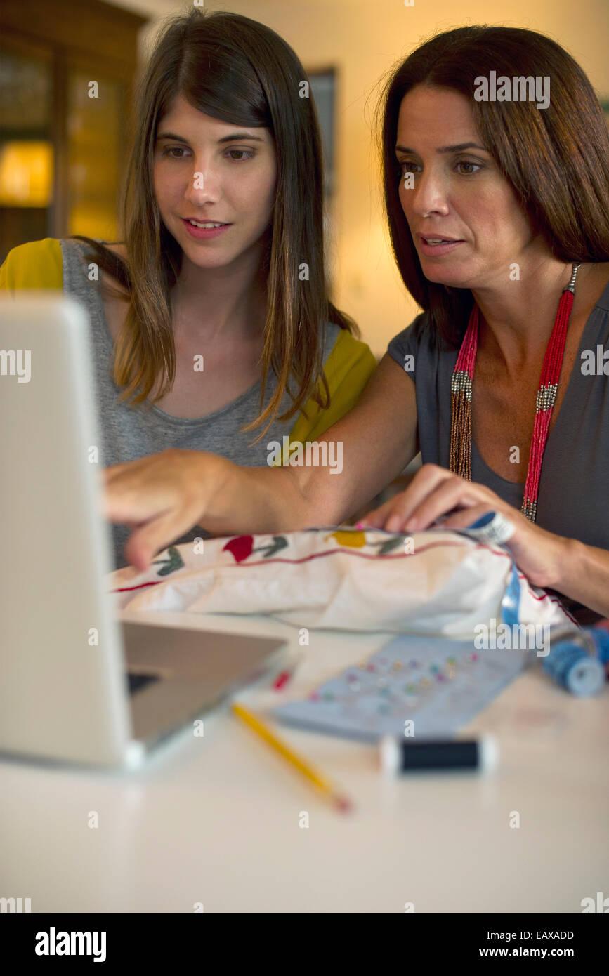 Mutter und Tochter gemeinsam lernen Stickerei durch Online-Videos Stockbild