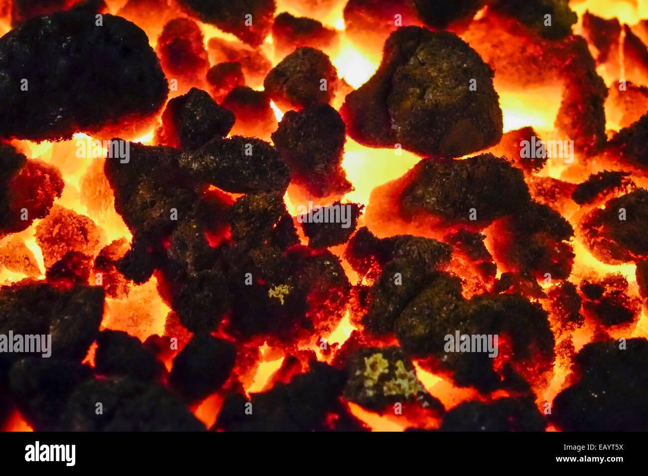 glühende Kohle in eine Feuerschale Stockbild