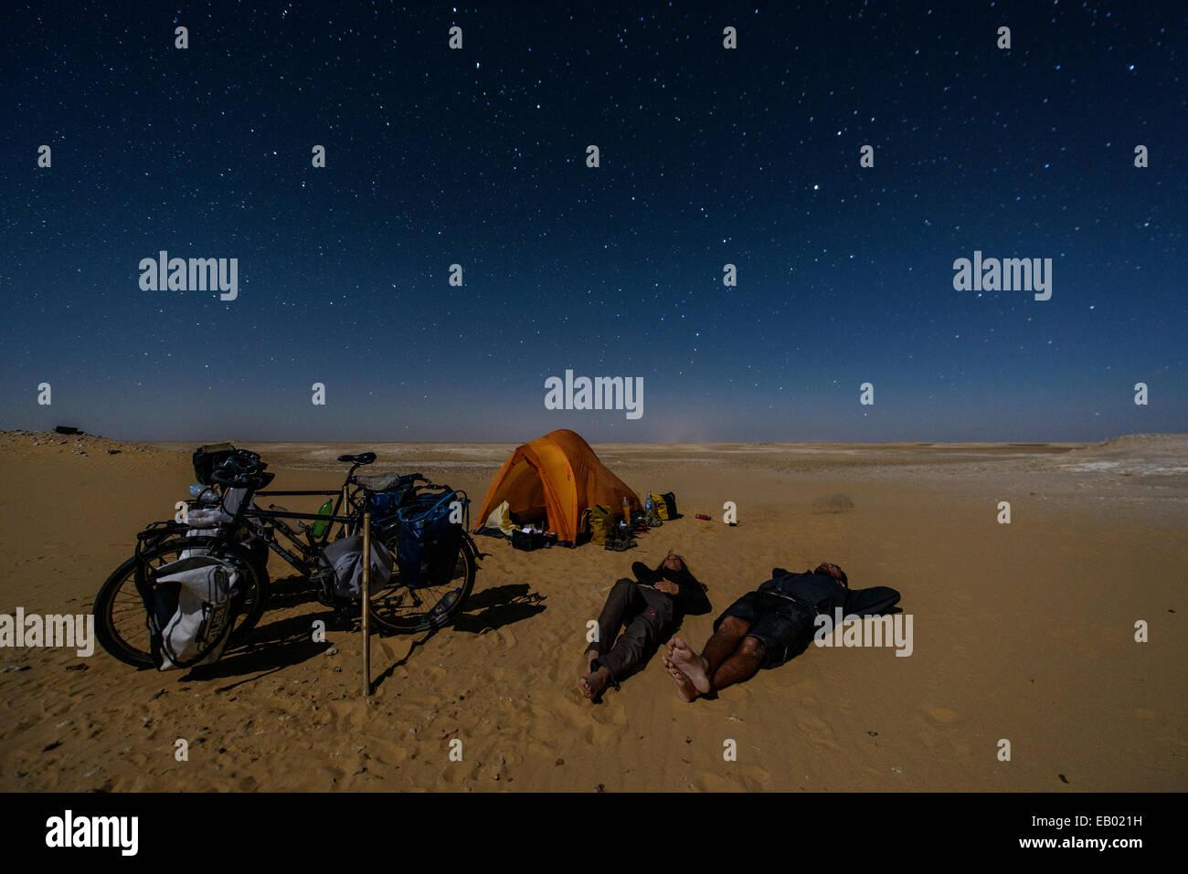 Paar, schlafen unter den Sternen in der Sahara Wüste, Ägypten Stockbild
