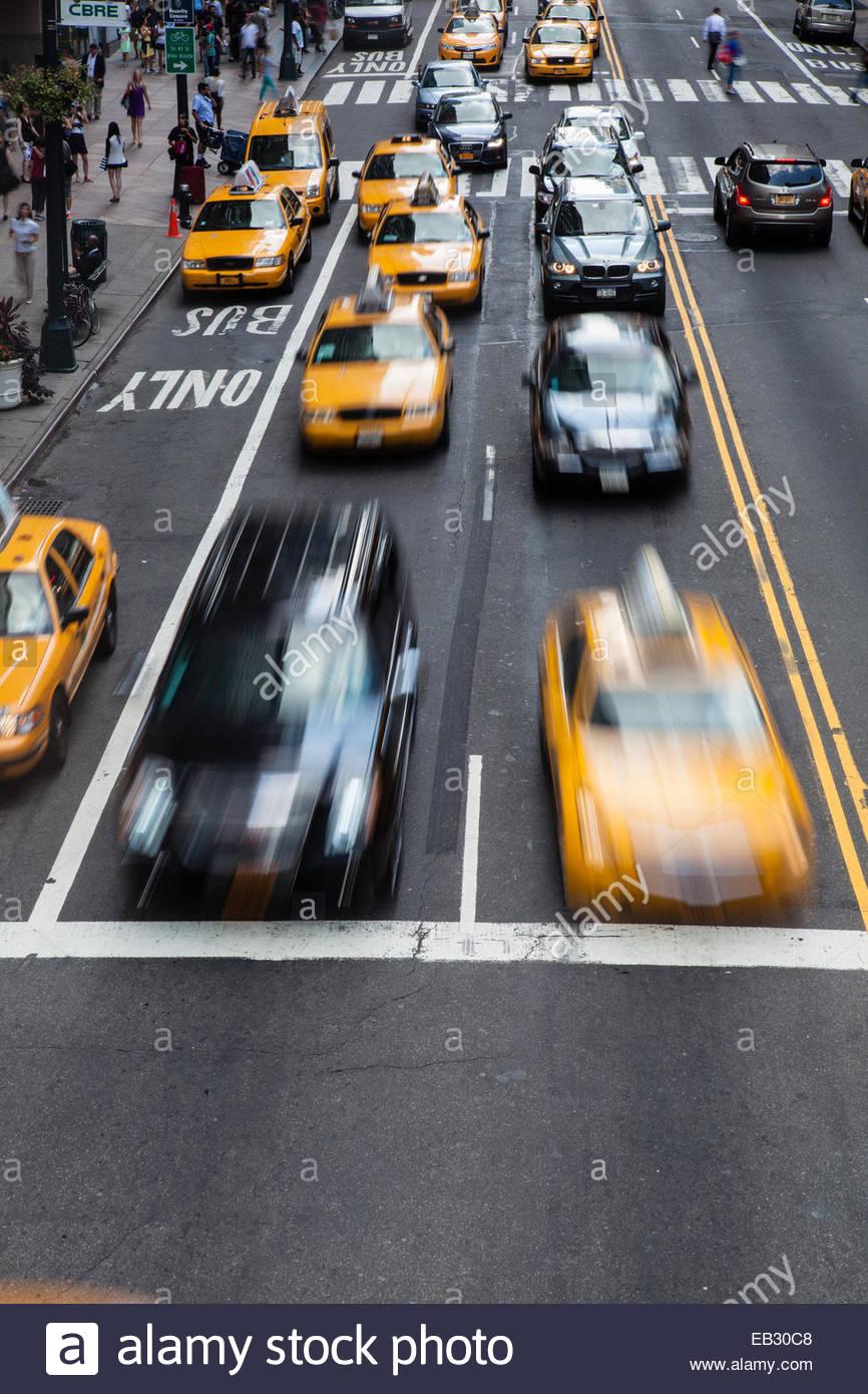 Taxi Cabs Rennen quer durch 42nd Street in Manhattan Stockbild