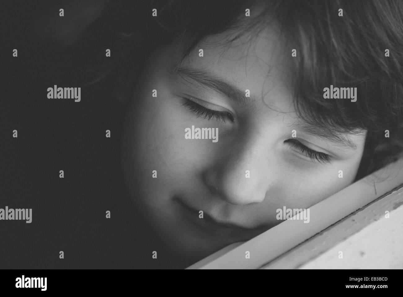 Porträt eines Mädchens (4-5) mit ihren Augen geschlossen Stockbild