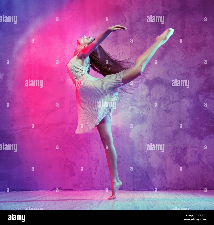 Flexible schöne Ballett-Tänzer auf der Tanzfläche Stockbild