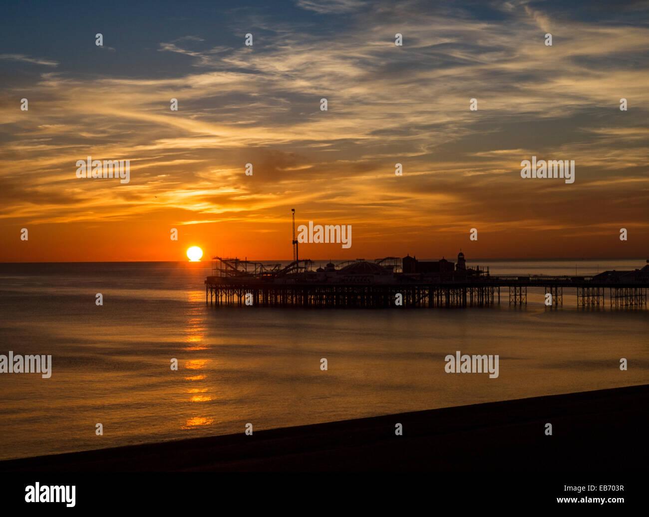 Sonnenuntergang über Brighton Pier, England, Vereinigtes Königreich Stockbild