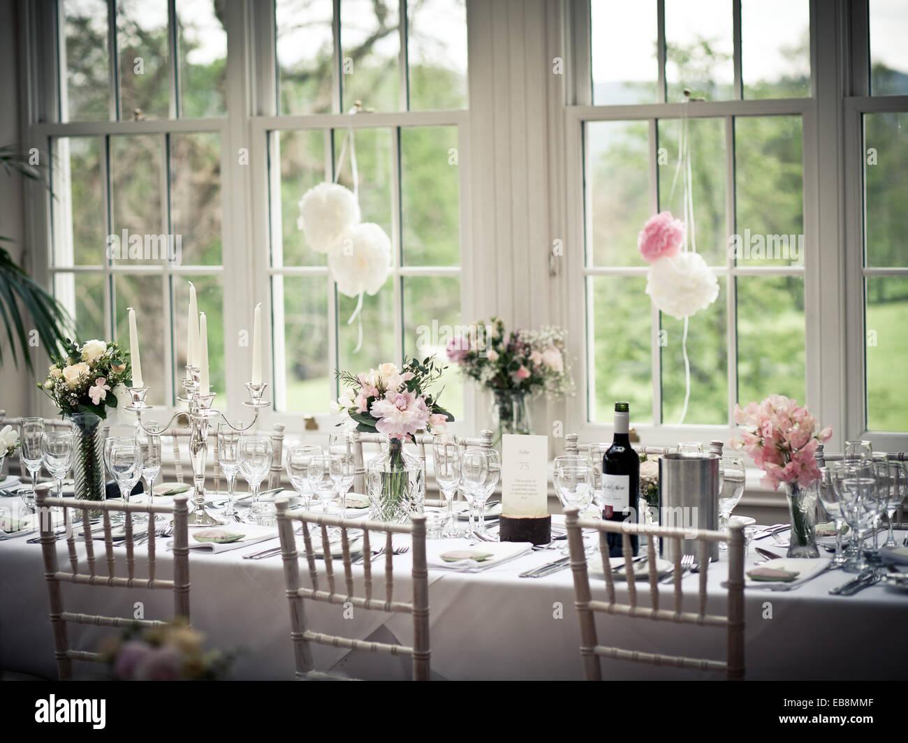 Hochzeitsfrühstück oberen Tabelleneinstellungen mit Blumen und Wein Stockbild