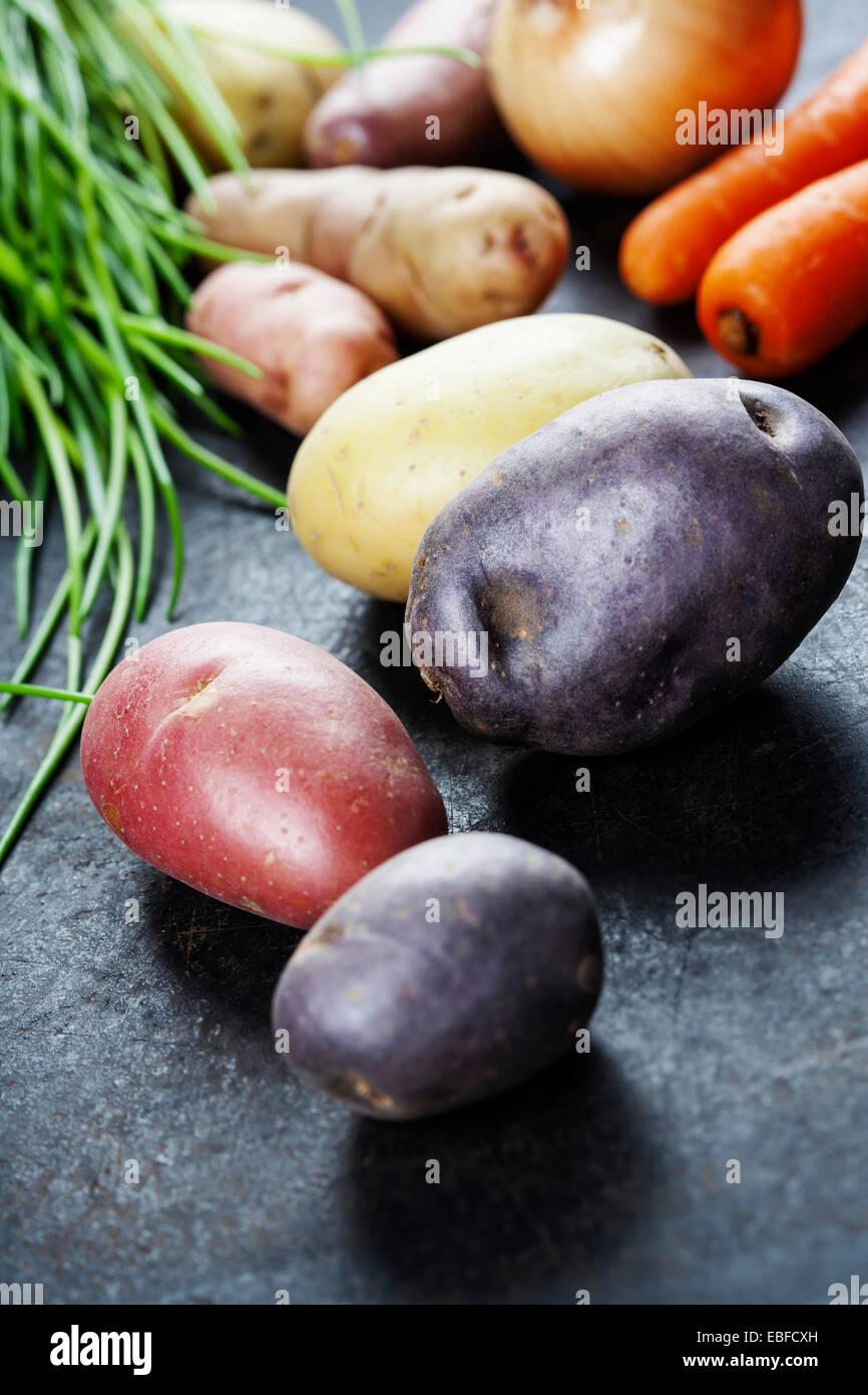 Frisches Gemüse (Kartoffel, Zwiebel, Karotte) bereit für das Kochen. Gesundheit, vegetarische Kost oder Stockbild