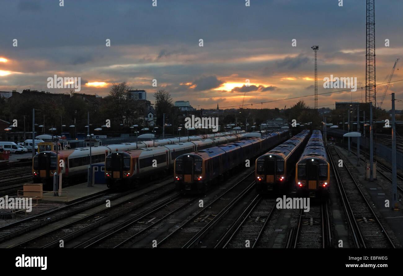 Laden Sie dieses Alamy Stockfoto Overhead Detail von Clapham Junction, Britains verkehrsreichsten Bahnhof SW von London, England, GB - EBFWEG