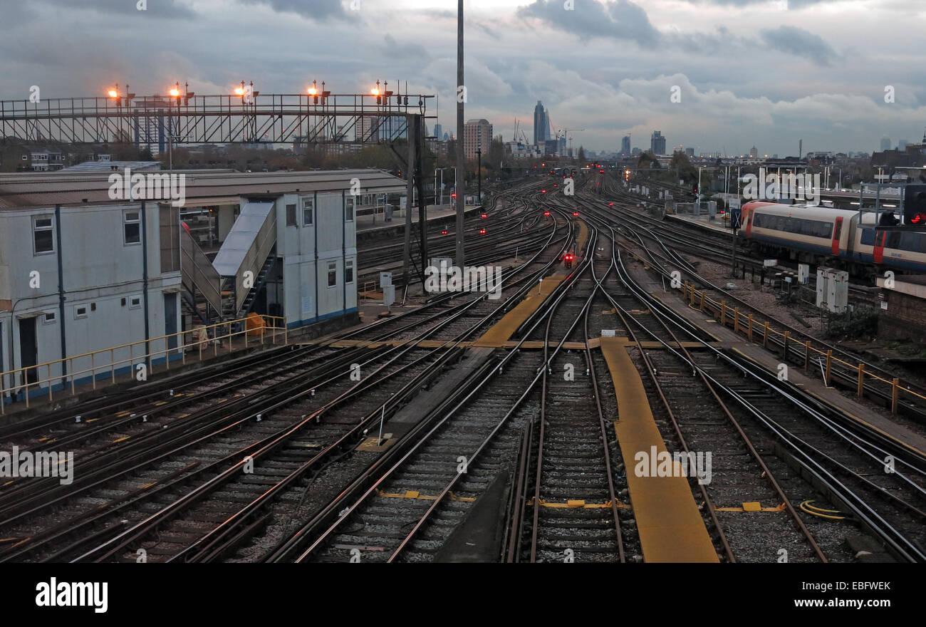 Laden Sie dieses Alamy Stockfoto Overhead Detail von Clapham Junction, Britains verkehrsreichsten Bahnhof SW von London, England, GB - EBFWEK