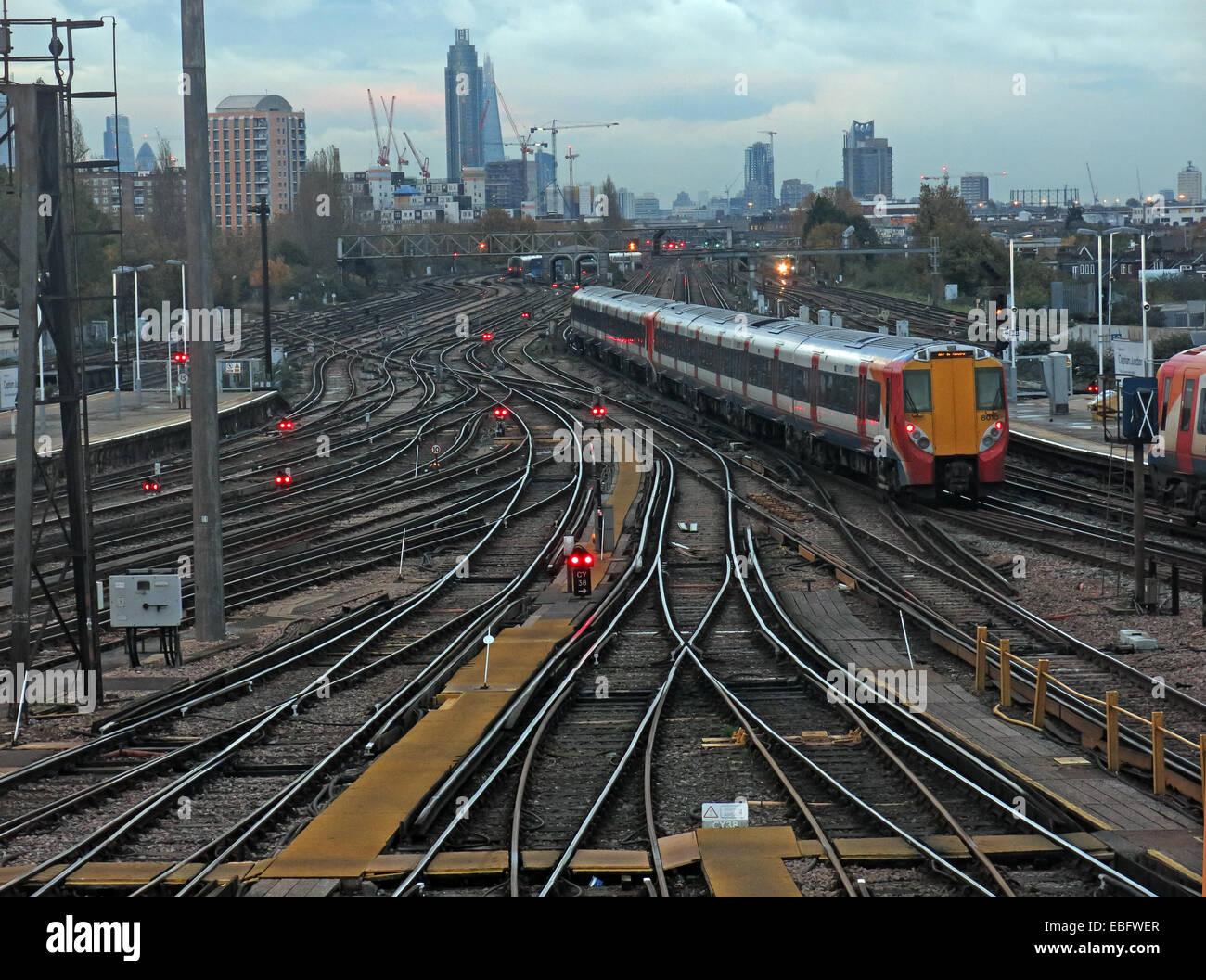 Laden Sie dieses Alamy Stockfoto Overhead Detail von Clapham Junction, Britains verkehrsreichsten Bahnhof SW von London, England, GB - EBFWER
