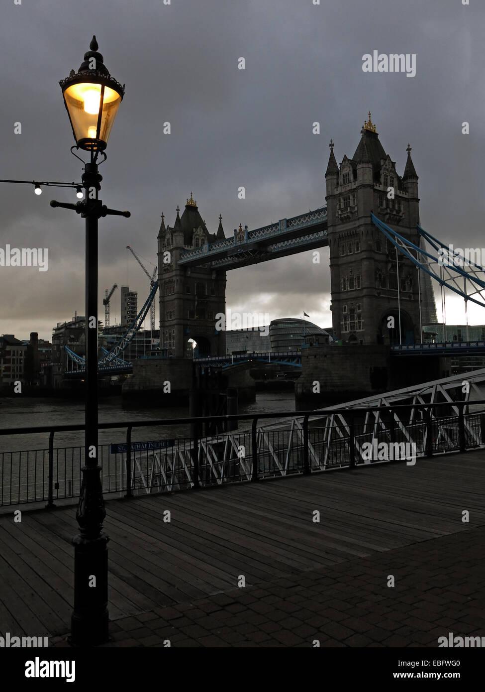 Laden Sie dieses Alamy Stockfoto Tower Bridge, die Themse, London bei Dämmerung, England, UK - EBFWG0