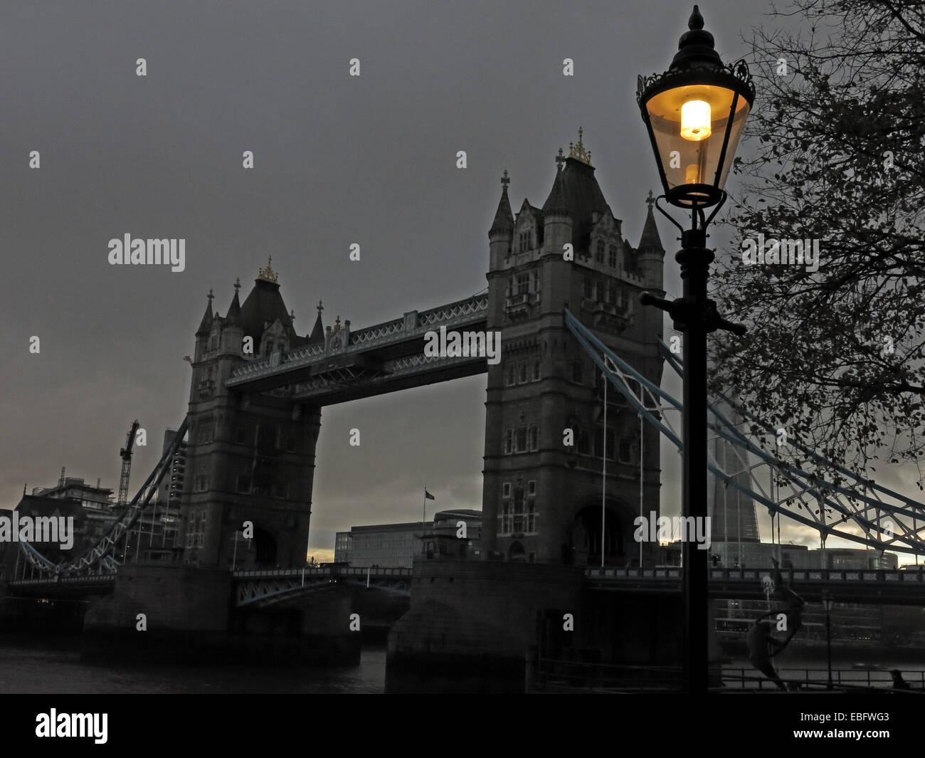 Laden Sie dieses Alamy Stockfoto Tower Bridge, die Themse, London bei Dämmerung, England, UK - EBFWG3