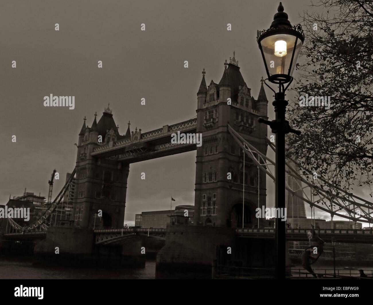 Laden Sie dieses Alamy Stockfoto Tower Bridge, die Themse, London bei Dämmerung, England, UK - EBFWG9
