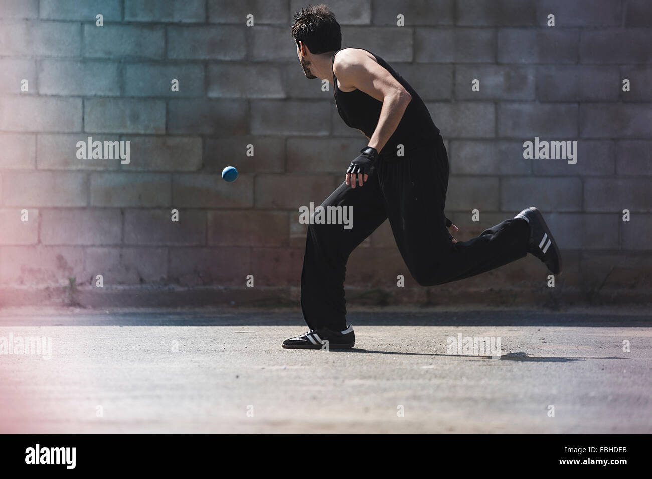 Junge männliche Handballer Ball laufen Stockbild