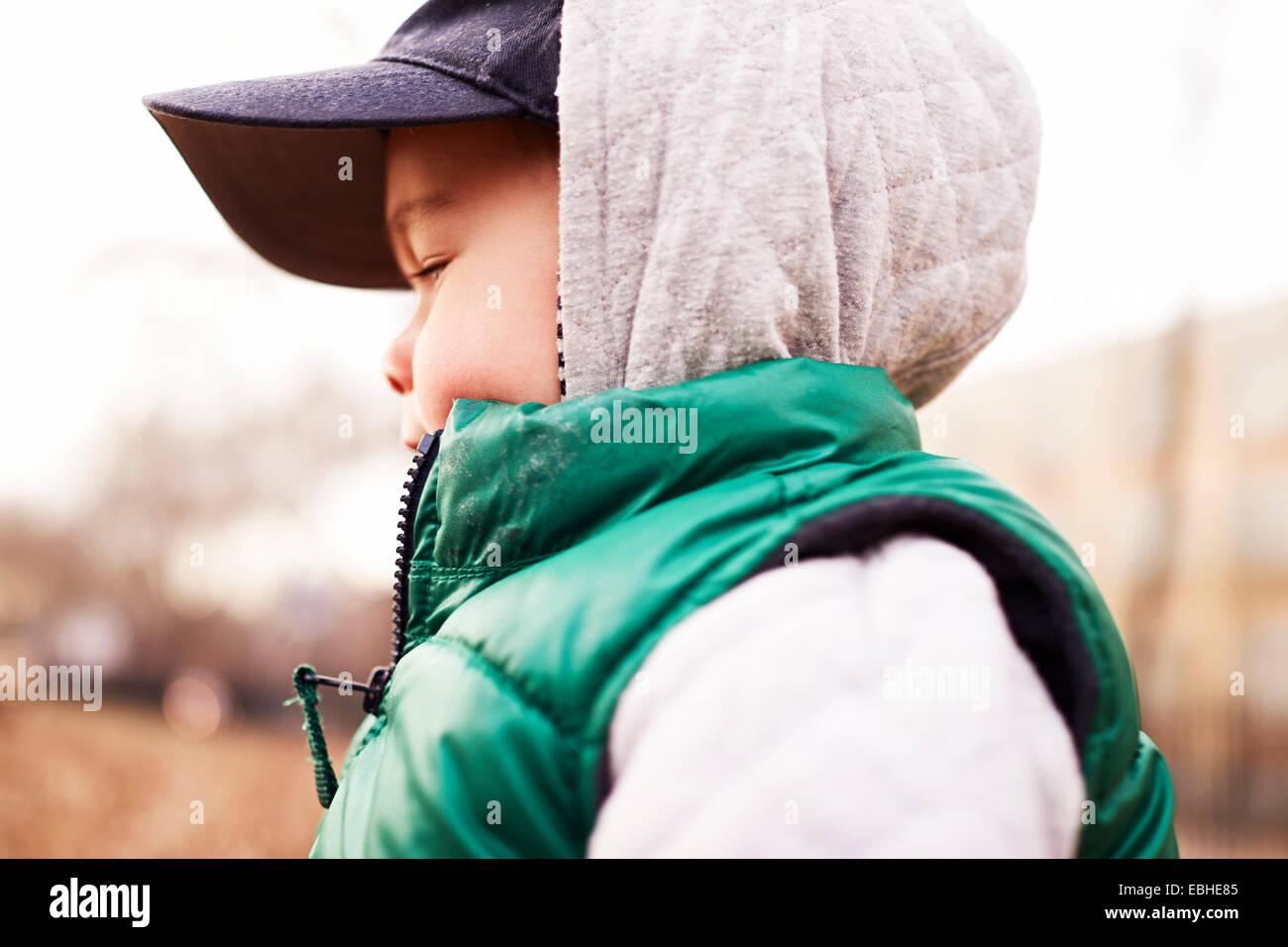 Jungen tragen Winterkleidung Stockbild