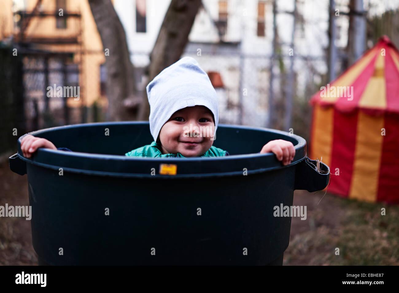 Junge in Wanne, Brooklyn, New York, USA Stockbild