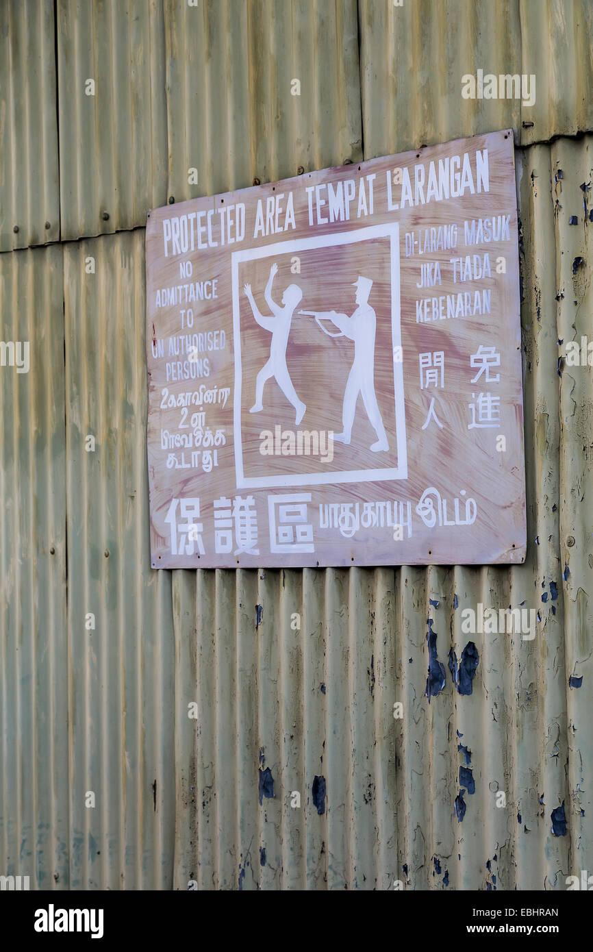 Alten Sicherheit Warnzeichen für den geschützten Bereich mit Mann schießen unbefugter, Miri, Malaysia Stockbild