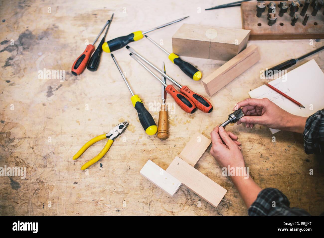 Händen der junge Handwerkerin Komponente in Pfeifenorgel Workshop halten Stockbild
