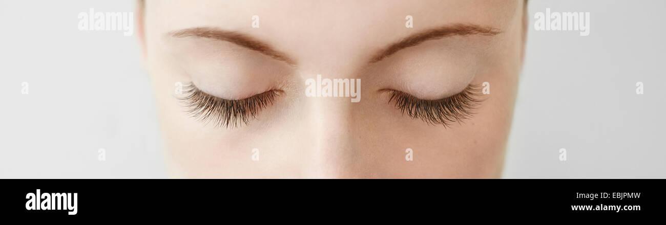 Panorama in der Nähe der Mitte adult Womans Augen zugemacht Stockbild