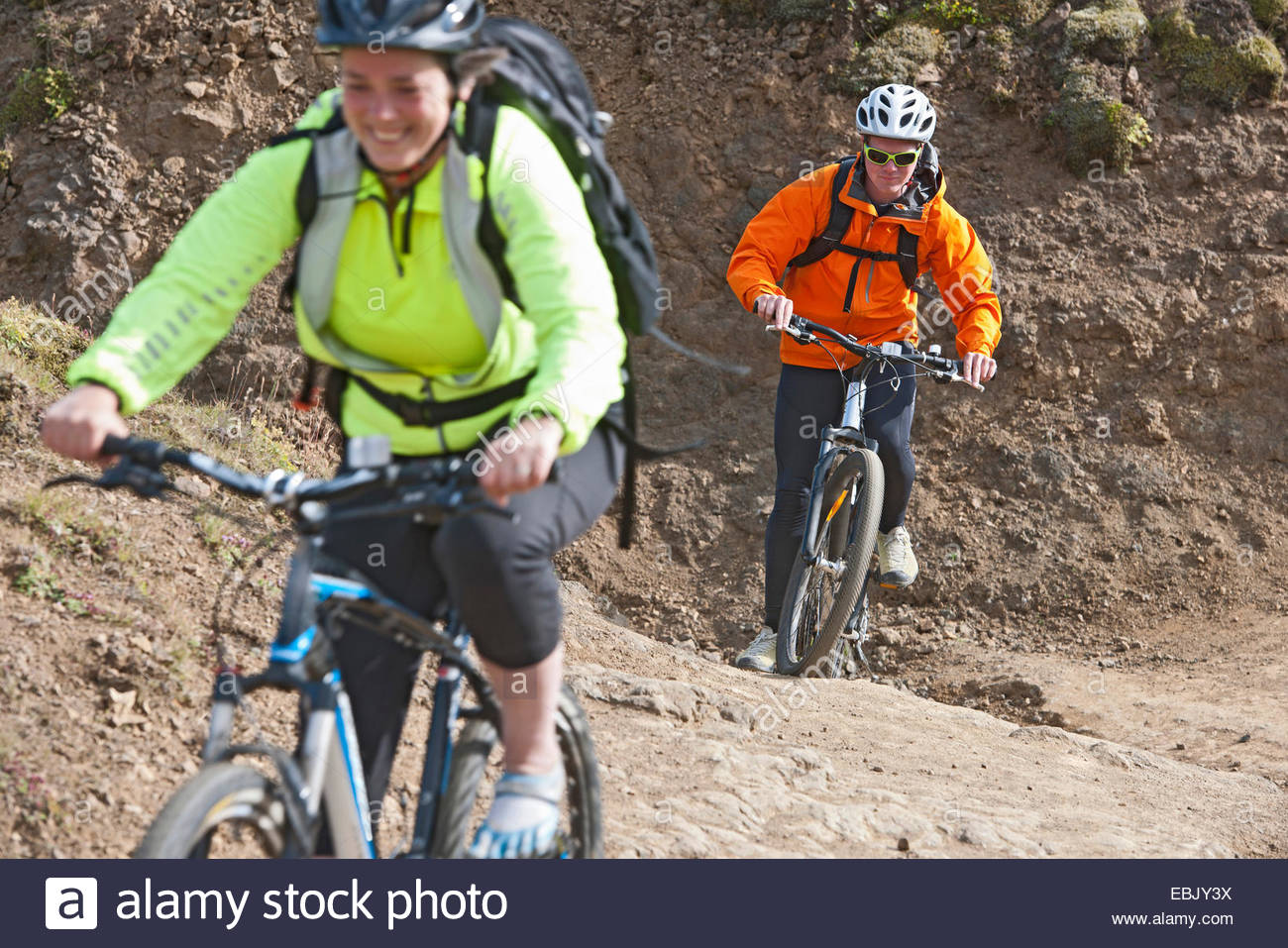 Nahaufnahme von Mountainbiker Radfahren auf Feldweg, Tal Reykjadalur, South West Island Stockbild
