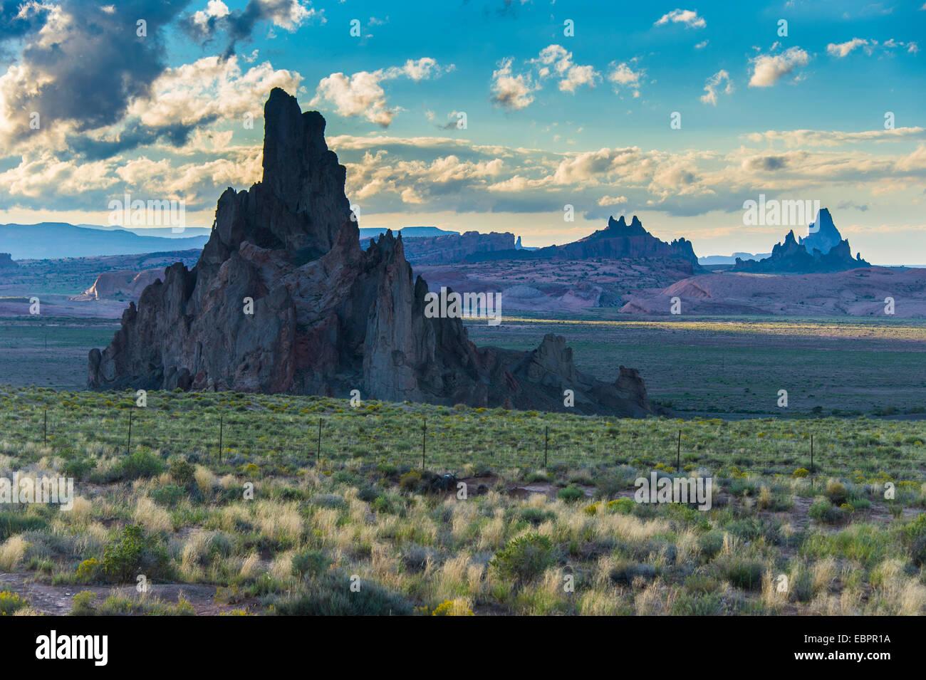 Felsformationen im späten Tageslicht in der Nähe von Monument Valley, Arizona, Vereinigte Staaten von Stockbild