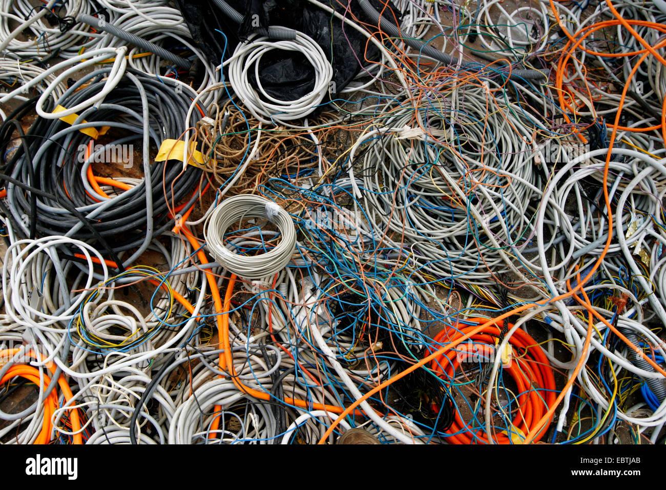 elektrische Kabel auf einer Deponie, Deutschland Stockbild
