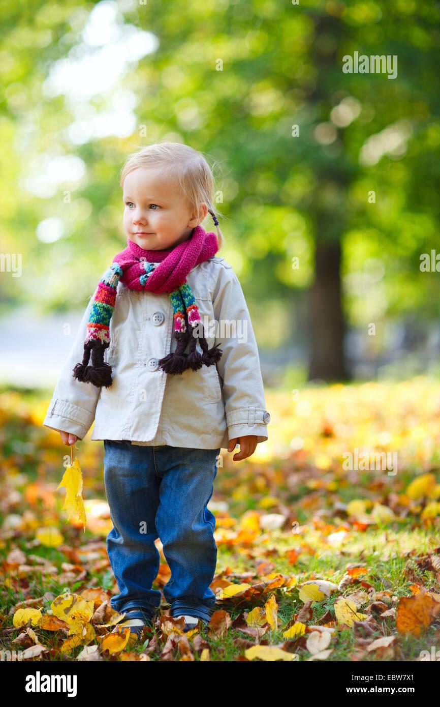 kleines Mädchen im Herbst Stockbild