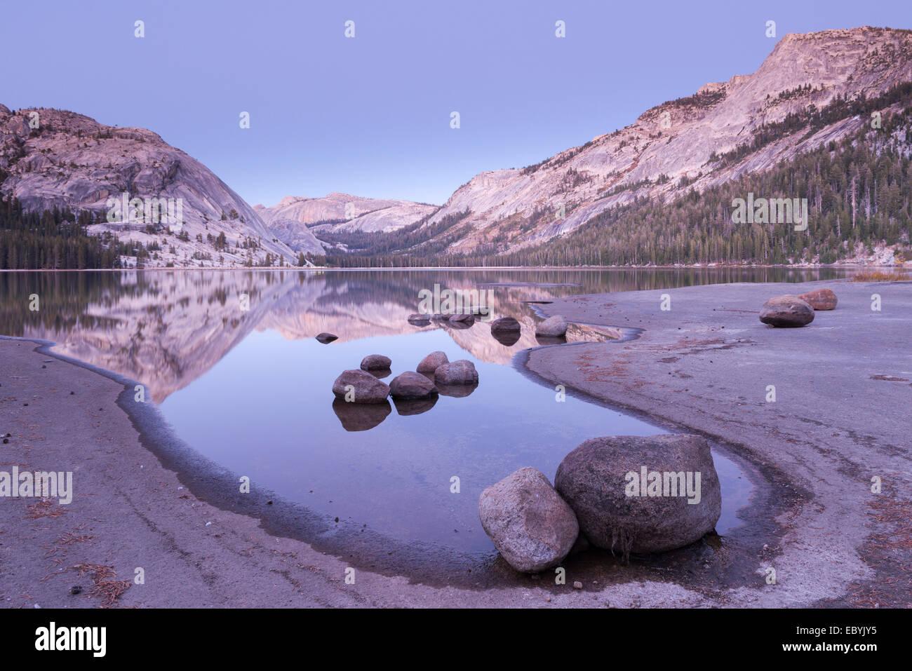 Dämmerung am Tenaya Lake, Yosemite-Nationalpark, Kalifornien, USA. Herbst (Oktober) 2013. Stockbild