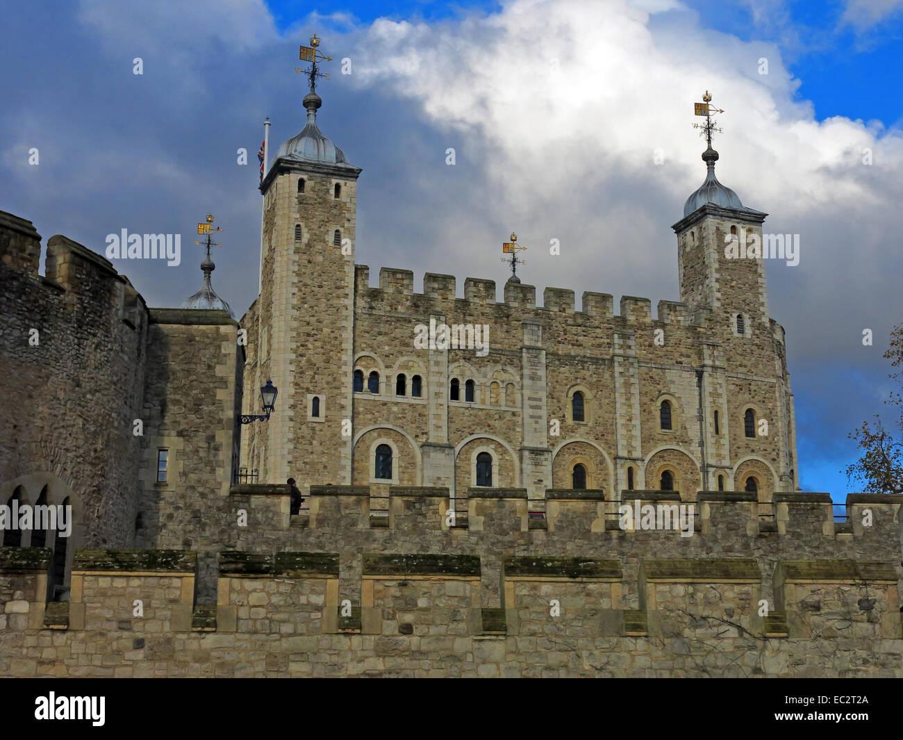 Laden Sie dieses Alamy Stockfoto Tower von London, mit dramatischer Himmel, City of London, England, UK - EC2T2A