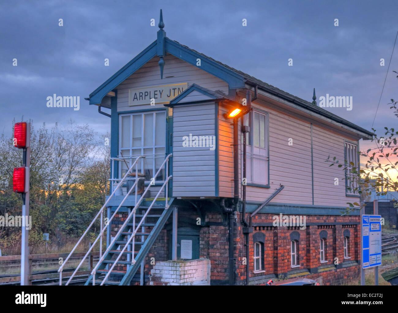 Laden Sie dieses Alamy Stockfoto Arpley Junction Stellwerks-, Warrington, Cheshire, England, Vereinigtes Königreich, in der Dämmerung - EC2T2J